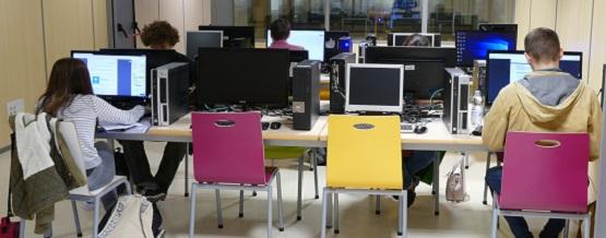 Zona de ordenadores en la biblioteca