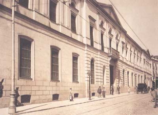 Fotografía en blanco y negro del edificio de San Bernardo que enlaza a la página de Historia de la Universidad Complutense